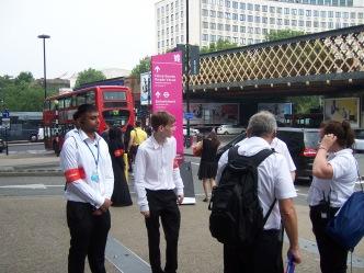 Wolontariusze Olimpijscy, pomagajacy sie dostac gdzie trzeba :)